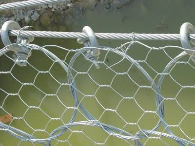 Steel ring net is installed with hexagonal wire mesh.